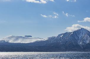 支笏湖に聳える樽前山と風不死岳の写真素材 [FYI04747394]