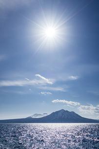 樽前山と風不死岳を照らす太陽の写真素材 [FYI04747395]