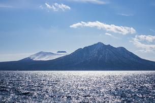 支笏湖に聳える樽前山と風不死岳の写真素材 [FYI04747396]