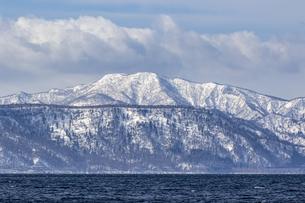 支笏湖畔から望む道央の山々の写真素材 [FYI04747401]