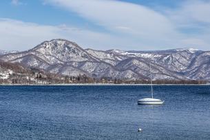 洞爺湖を囲む山々とヨットの写真素材 [FYI04747410]