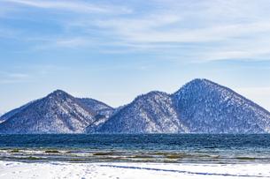 洞爺湖 雪を冠った冬のの中島の写真素材 [FYI04747411]