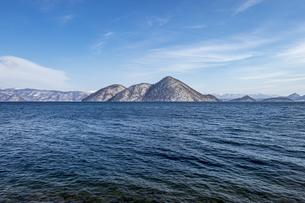 洞爺湖 雪を冠った冬のの中島の写真素材 [FYI04747412]