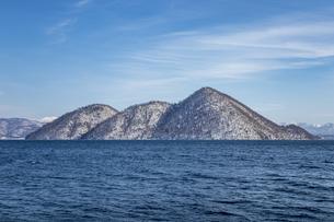洞爺湖 雪を冠った冬のの中島の写真素材 [FYI04747414]