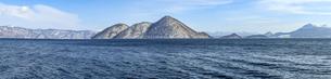 洞爺湖 雪を冠った冬のの中島の写真素材 [FYI04747415]