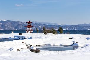 冬の洞爺湖に映える浮御堂の写真素材 [FYI04747416]