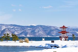 冬の洞爺湖に映える浮御堂の写真素材 [FYI04747417]