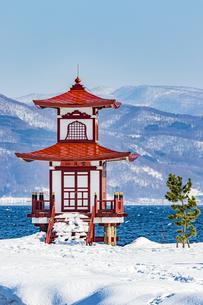 冬の洞爺湖に映える浮御堂の写真素材 [FYI04747418]