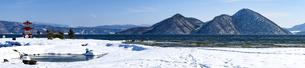 冬の洞爺湖に映える浮御堂と中島の写真素材 [FYI04747421]
