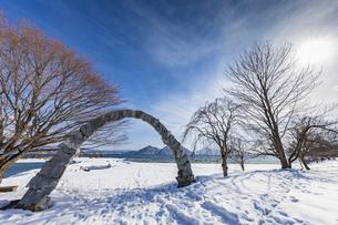 洞爺湖 浮見堂公園の夢洞爺を照らす太陽の写真素材 [FYI04747426]