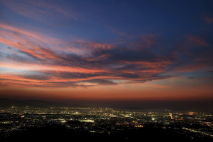 街の光と夕焼け雲の写真素材 [FYI04747453]