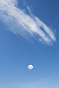 青空にサッカーボールの写真素材 [FYI04747454]