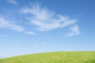 草原と青空と雲の写真素材 [FYI04747463]