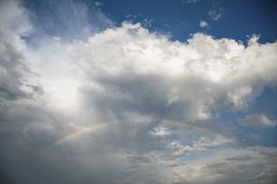 大空にかかる虹の写真素材 [FYI04747465]