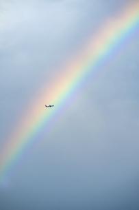 虹と飛行機の写真素材 [FYI04747467]