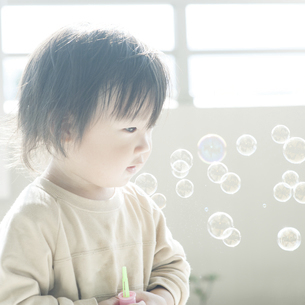 シャボン玉と幼児の写真素材 [FYI04747469]