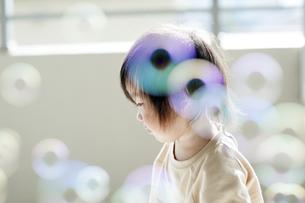 シャボン玉と幼児の横顔の写真素材 [FYI04747472]