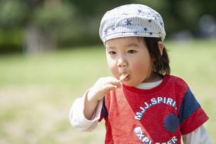 飴を頬張る幼児の写真素材 [FYI04747485]
