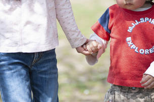 手を繋ぐ姉弟の写真素材 [FYI04747486]