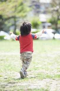 駆け出す男児の後ろ姿の写真素材 [FYI04747488]