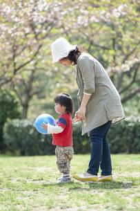 母親とボール遊びをする男児の写真素材 [FYI04747490]