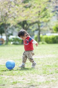ボール遊びをする男児の写真素材 [FYI04747491]