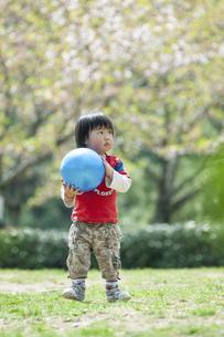 ボール遊びをする男児の写真素材 [FYI04747492]