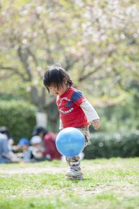 ボール遊びをする男児の写真素材 [FYI04747493]