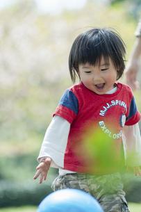 ボール遊びをする男児の写真素材 [FYI04747500]