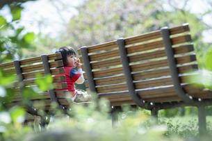 ベンチでおやつを食べる男児の写真素材 [FYI04747501]