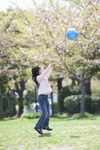 ボール遊びをする女の子の写真素材 [FYI04747503]
