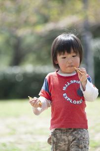 おやつを食べる男児の写真素材 [FYI04747506]