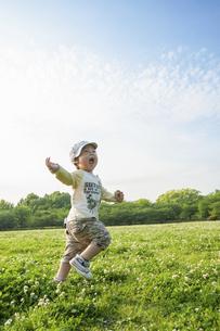 公園で走る男児の写真素材 [FYI04747557]