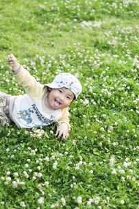 公園で寝転ぶ男児の写真素材 [FYI04747559]