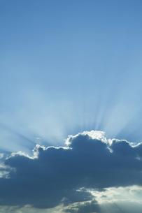 空に伸びる光芒の写真素材 [FYI04747564]