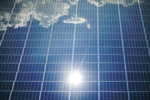 太陽光パネルに反射する太陽の写真素材 [FYI04747568]