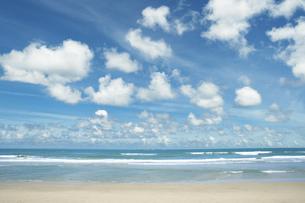 海と青空と雲の写真素材 [FYI04747571]