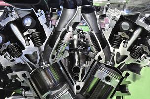 自動車エンジンの断面の写真素材 [FYI04747593]
