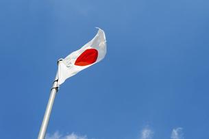 風にたなびく日本国旗の写真素材 [FYI04747594]