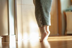 爪先立ちの幼児の足元の写真素材 [FYI04747595]