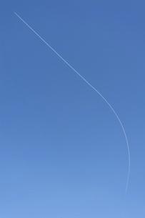 青空に飛行機雲の写真素材 [FYI04747599]