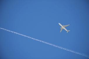 青空に飛行機雲と飛行機の写真素材 [FYI04747600]