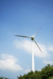 青空と風力発電機の写真素材 [FYI04747621]