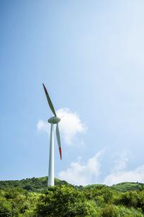 青空と風力発電機の写真素材 [FYI04747623]
