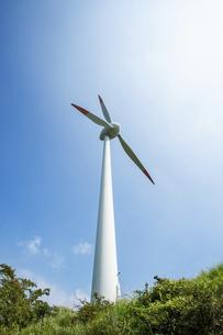 青空と風力発電機の写真素材 [FYI04747624]