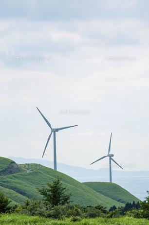 草原に建つ2基の風力発電機の写真素材 [FYI04747633]