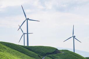 草原に建つ3基の風力発電機の写真素材 [FYI04747635]