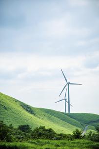 草原に建つ2基の風力発電機の写真素材 [FYI04747636]
