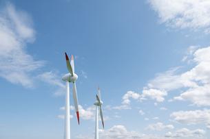 青空と2基の風力発電機の写真素材 [FYI04747637]