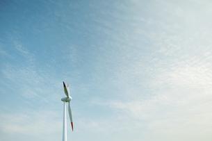 青空と風力発電機の写真素材 [FYI04747638]